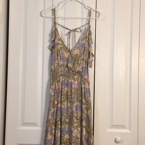 Listicle open back with spaghetti straps. Floral S